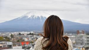 Une femme devant le mont Fuji au Japon