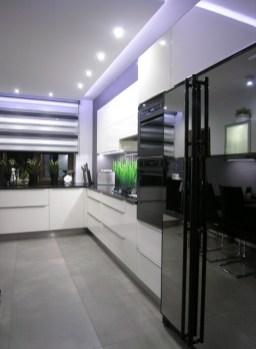 Kuchnia z frontami i szufladami otwieranymi elektrycznie