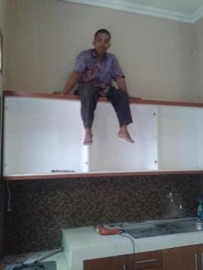 kitchen set menggantung kuat di tembok