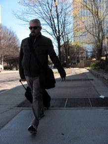 Este señor si tenía la pinta apropiada para ese frío de Atlanta. Me conmovió que no fuera de pantalón corto como muchos. Me sentí entendido.