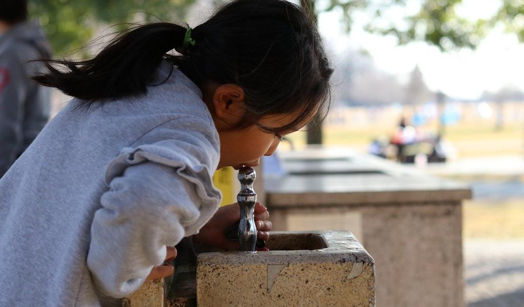 公園で水を飲む子供の画像です。
