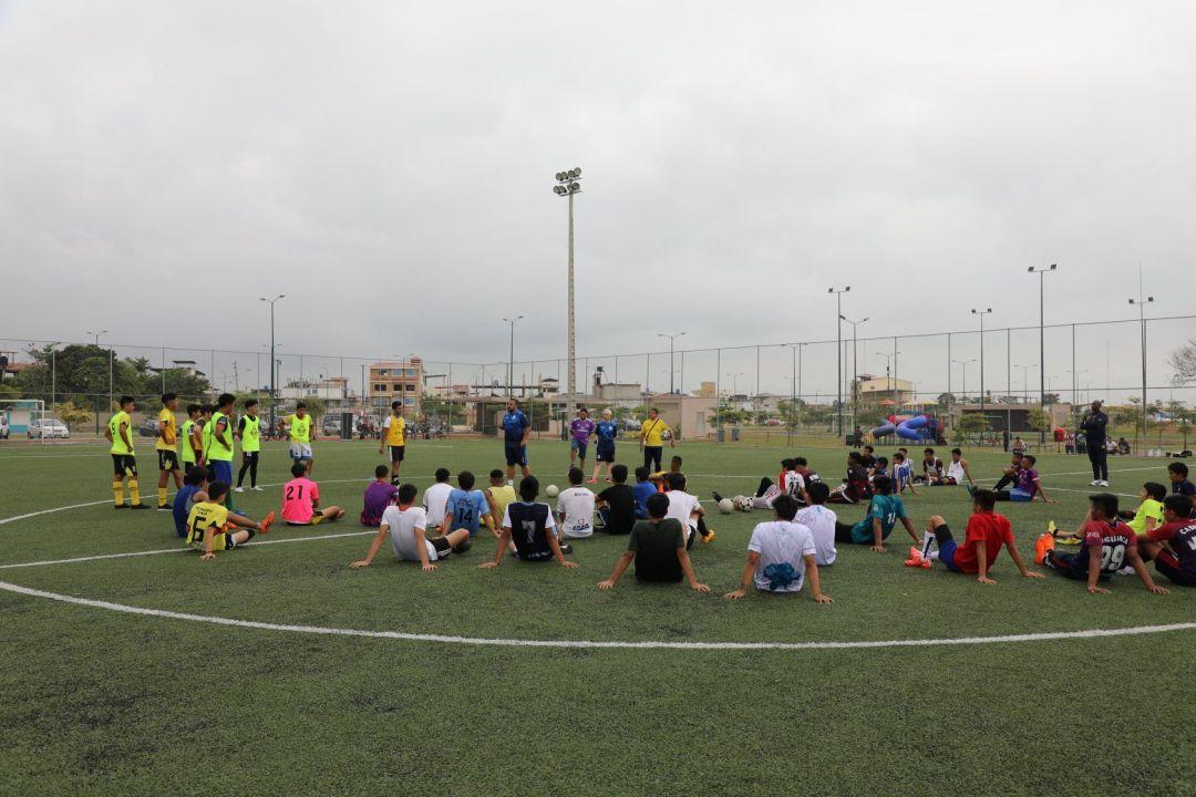 explicación al equipo sobre los ejercicios de fútbol en ecuador en las pruebas futbalia de Ecuador