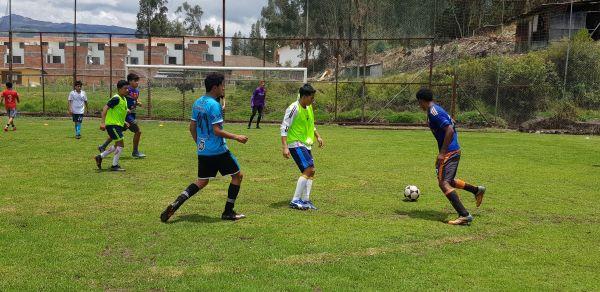pases de calentamiento durante entrenamiento de futbol en Ecuador