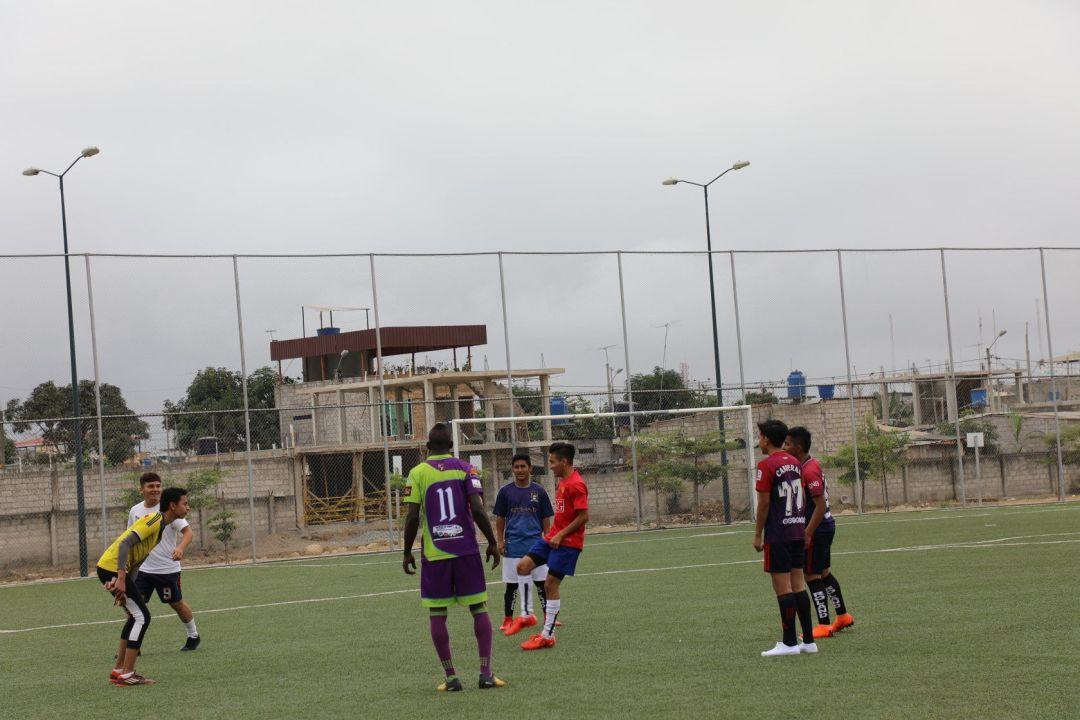 jugadores entrenando al fútbol durante las visorias de futbalia