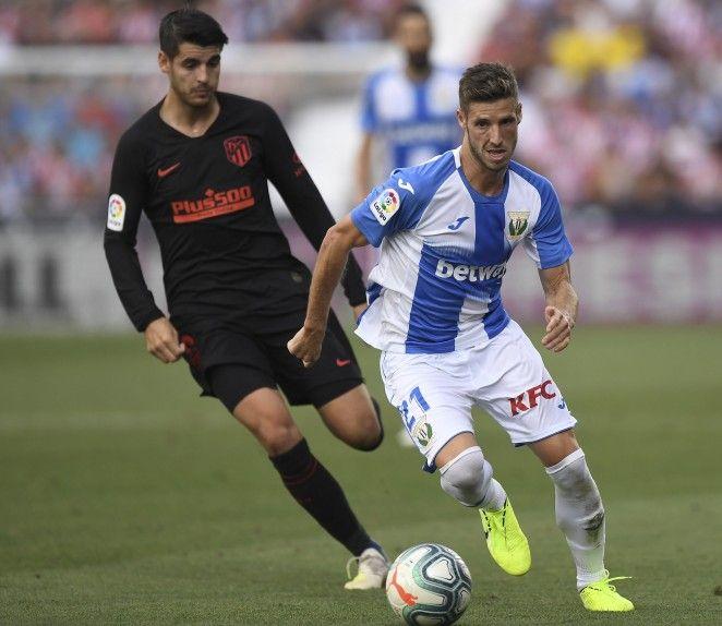 Salida con balón ante Morata del Atlético de Madrid