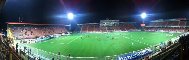 Localización: Alajuela. Propietario: Asociación Liga Deportiva Alajuelense Detalles técnicos: Superficie: Césped Artificial. Capacidad: 17.895 espectadores. Dimensiones = 105 x 68, Apertura: 18 de enero de 1942