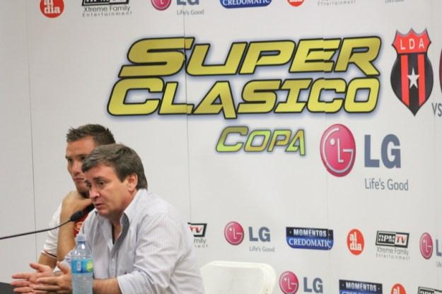 Óscar Ramirez conversó con la prensa en compañía de Kenner Gutiérrez al cierre del Super Clásico este domingo