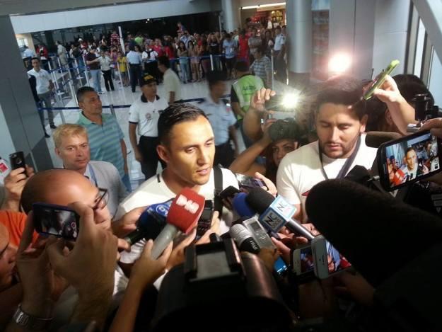 Navas conversó con la prensa al salir del país. Foto tomada de Facebook (Eduardo Castillo)