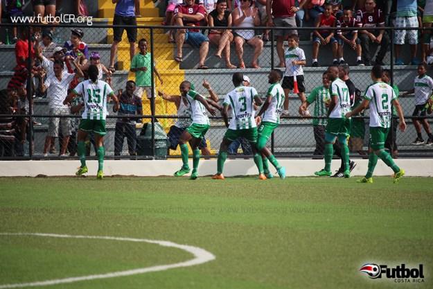 Los limonenses celebraron con euforia el gol dela ventaja a dos goles ante Saprissa. Foto cortesía Leo Sandí.