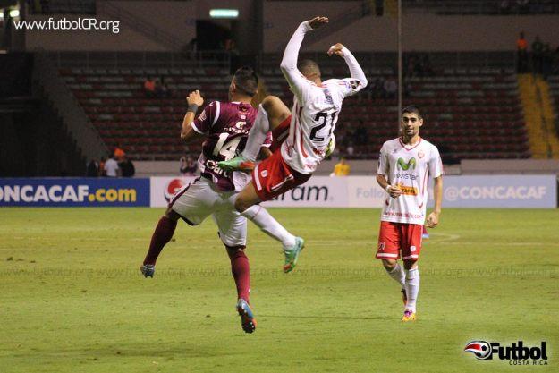 Juan Barrera comete falta sobre Ariel Rodríguez en el arranque del juego, sin embargo el central no la señaló.