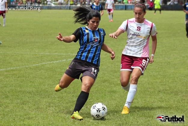 Paula Castillo de Moravia y Carolina Venegas de Saprissa disputan un balón durante el segundo tiempo del encuentro.