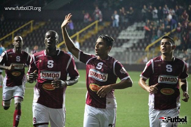 Juan Bustos Golobio celebra el primer tanto morado, que significó el empate del juego. Foto cortesía yashinquesada.com