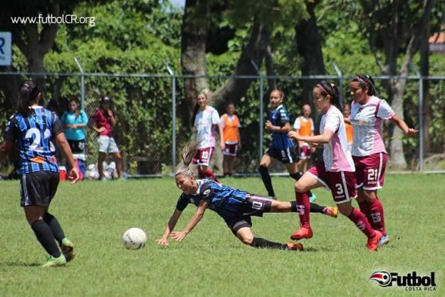 Yerli Rojas recibe la falta que luego se convertiría en el segundo gol de las moravianas, de tiro libre.