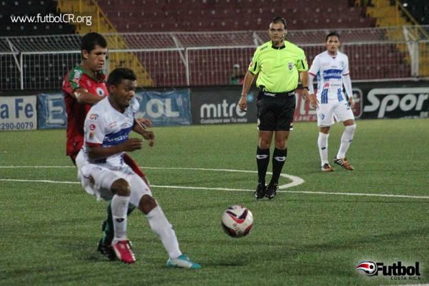 Daniel Quirós recibe falta de Gómez para el penal que marcaría el primer gol del juego.