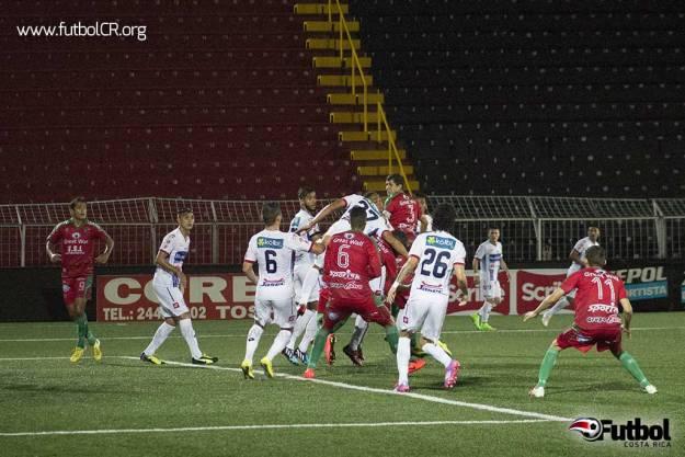 Angelo Padilla observa en fuera de juego el balón en el área grande siendo disputado por ambos equipos.