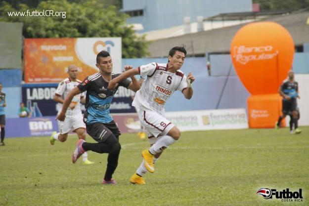 Rafael Morales marca a Aaron Navarro durante el primer tiempo, antes de su expulsión. Foto: Andrés Mora para Futbol Costa Rica