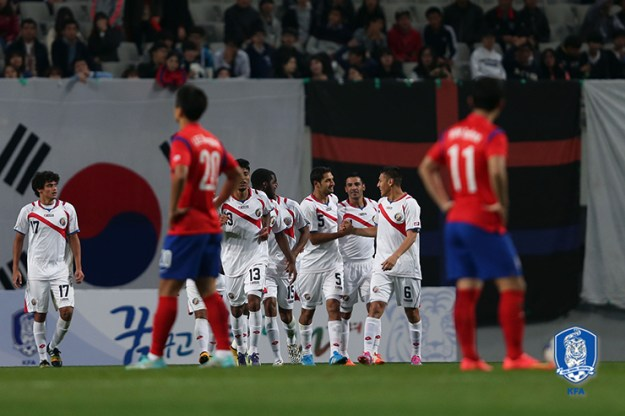 Los muchachos celebran uno de los dos goles de Celso Borges ante la mirada decepcionada de los coreanos. Foto: Korea Football Asociation