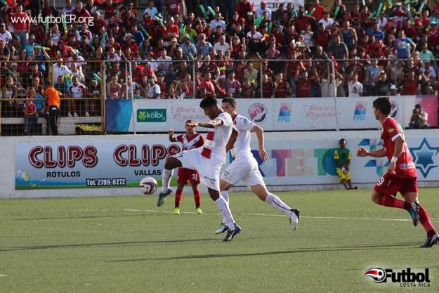 Johan Venegas marcó así el primer tanto del encuentro.