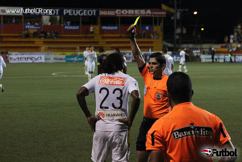 Víctor Núñez fue amonestado por protestar fallos arbitrales al cierre del juego.