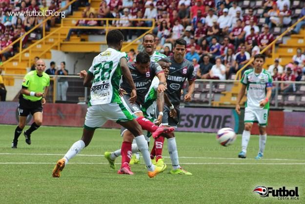Ariel Rodríguez marca el primero del juego con potente remate, en medio de dos defensores.
