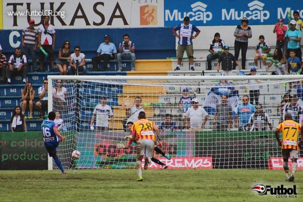 Carlos Hernández de penal marcó el cuarto tanto del compromiso, el tercer penal del día.