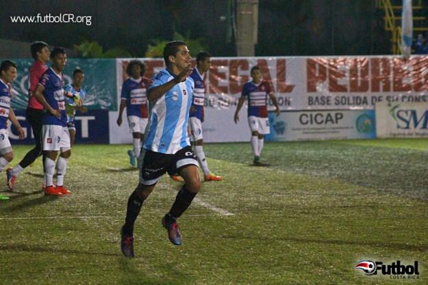 Mauricio Montero celebra el gol de la ventaja en el encuentro.