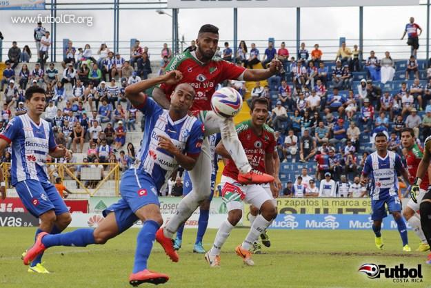 Danny Fonseca y Darío Delgado disputaron el balón luego de un tiro de esquina en el segundo tiempo del juego.