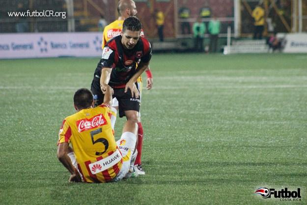 Fair Play. Pablo Gabas ayuda a Esteban Granados a levantarse tras una lesión en el primer tiempo del juego.