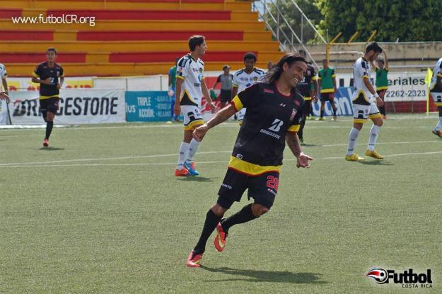 José Cancela celebra su brillante anotación de Tiro libre durante el segundo tiempo. Foto: Adrián Escalante para Futbol Costa Rica