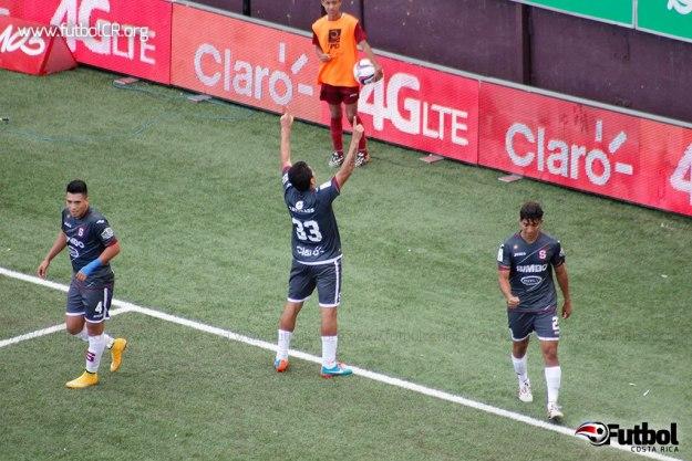 Carlos Saucedo le regala el gol a la afición.