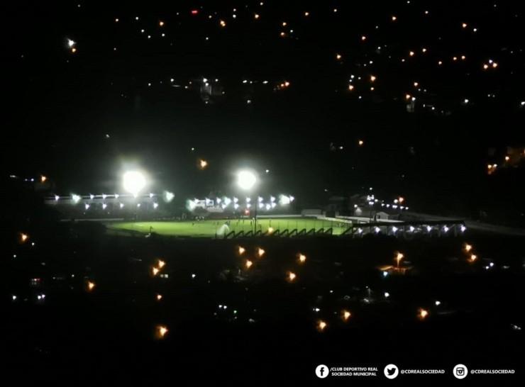 El estadio Francisco Martínez Durón ilumina la noche de Tocoa (Fuente: Prensa de la Real Sociedad)