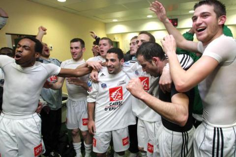 Los jugadores del Carquefou celebrando su pase frente al OM en 2008.