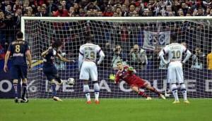 Momento en el cuál Cavani ejecuta el penalti