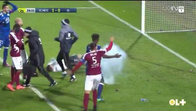 Momento en que caía el petardo al lado de Lopes y sus asistentes, aparte de los jugadores