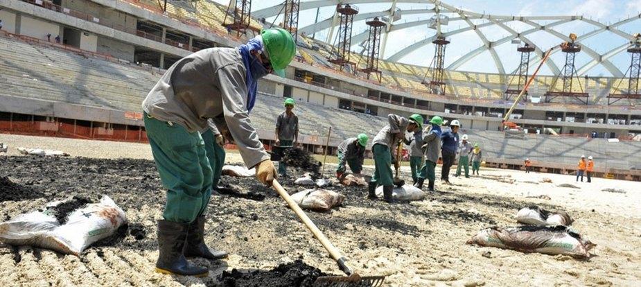 Norcoreanos trabajando en las obras de construcción de nuevos estadios para el Mundial de Qatar 2022.