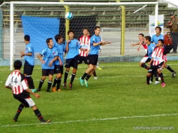 El tiro libre que sería el gol anulado a Sacco. Ya Masaguez está por detras de la línea de los últimos defensores locales