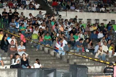 La banda amarilla solamente, separaba al puñado de hinchas arachanes del resto del público