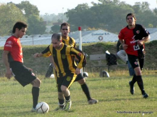 Martín Rivero lleva la bola frente a la marca de Flores. Mas atrás Cristian Silva y el goleador Michel Perez. Foto Miguel Simón de El Heraldo