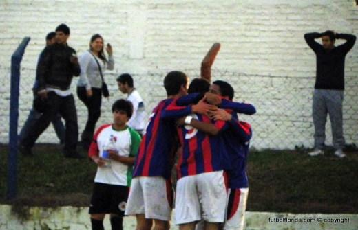 Los candileros festejan la victoria. Rivero se resigna y el hincha se agarra la cabeza. Foto Fanny Ruétalo