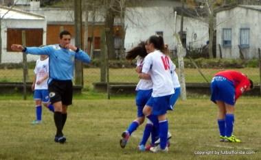 Romina Alanis y Katya Rodriguez se abrazan festejando el gol
