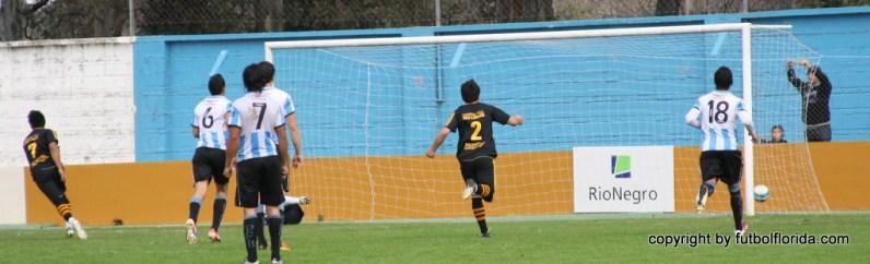 De penal, Angelo Cabral marca el único gol del encuentro. Foto Miguel Castagnaro