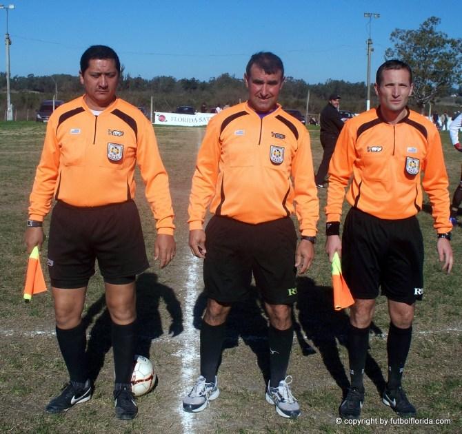 Los árbitros del clásico. Foto Roberto León