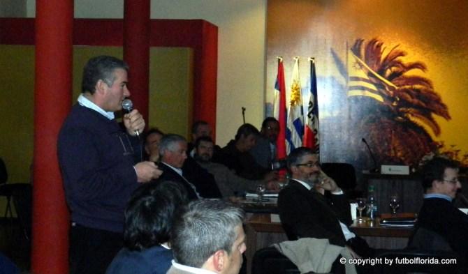 Prof Mauricio Aguirre de la ID Flores reseñando lo actuado por cada Intendencia