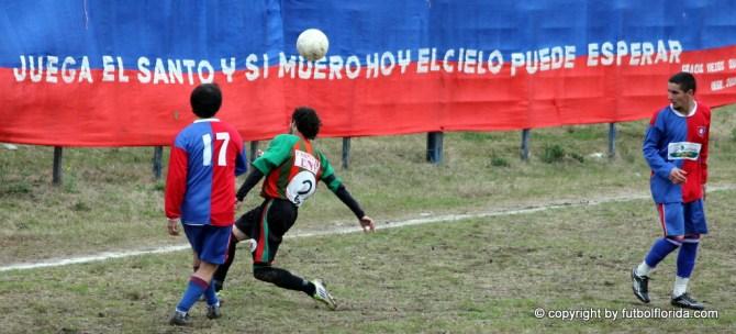 Castillo, Mansulino y Toledo el autor del empate. Al fondo, la bandera