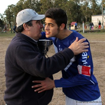El Neutral Lalinde le entrega la Copa al Capitán de Quilmes Mathias Alvarez