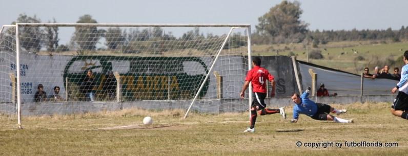 El tiro de Figueredo parece gol, pero se va afuera