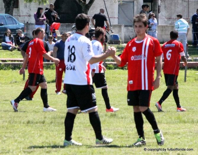 El final del partido. Los jugadores se saludan como verdaderos caballeros. Foto Fanny Ruétalo