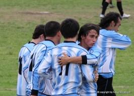 Juan Manuel Díaz recibe el saludo de Sire y sus compañeros