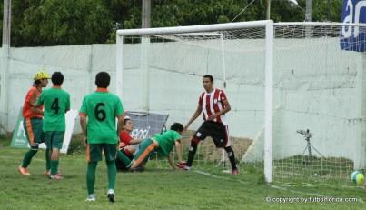 El 1er gol de Salto. Foto Miguel Castagnaro