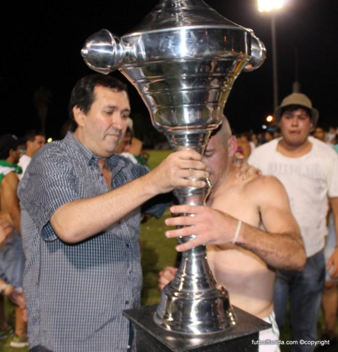 Alvaro Ciganda entregando la Copa de Campeón
